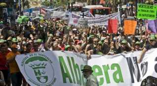 Miles de personas llenan las calles de Alicante para mostrar su total rechazo a la instalación del vertedero en Albatera. ANTONIO AMORÓS